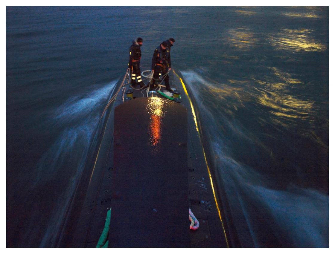 U33, modernstes U-Boot der Baureihe 212 A der Bundeswehr auf einer Ausbildungsfahrt von Oslo nach Eckernförde, im Fotozeitraum in deutschen Gewässern. Kurz vor dem Einlaufen in Eckernförde werden die Leinen klar gemacht, die Stadt und der Militärhafen spiegeln sich im Wasser.