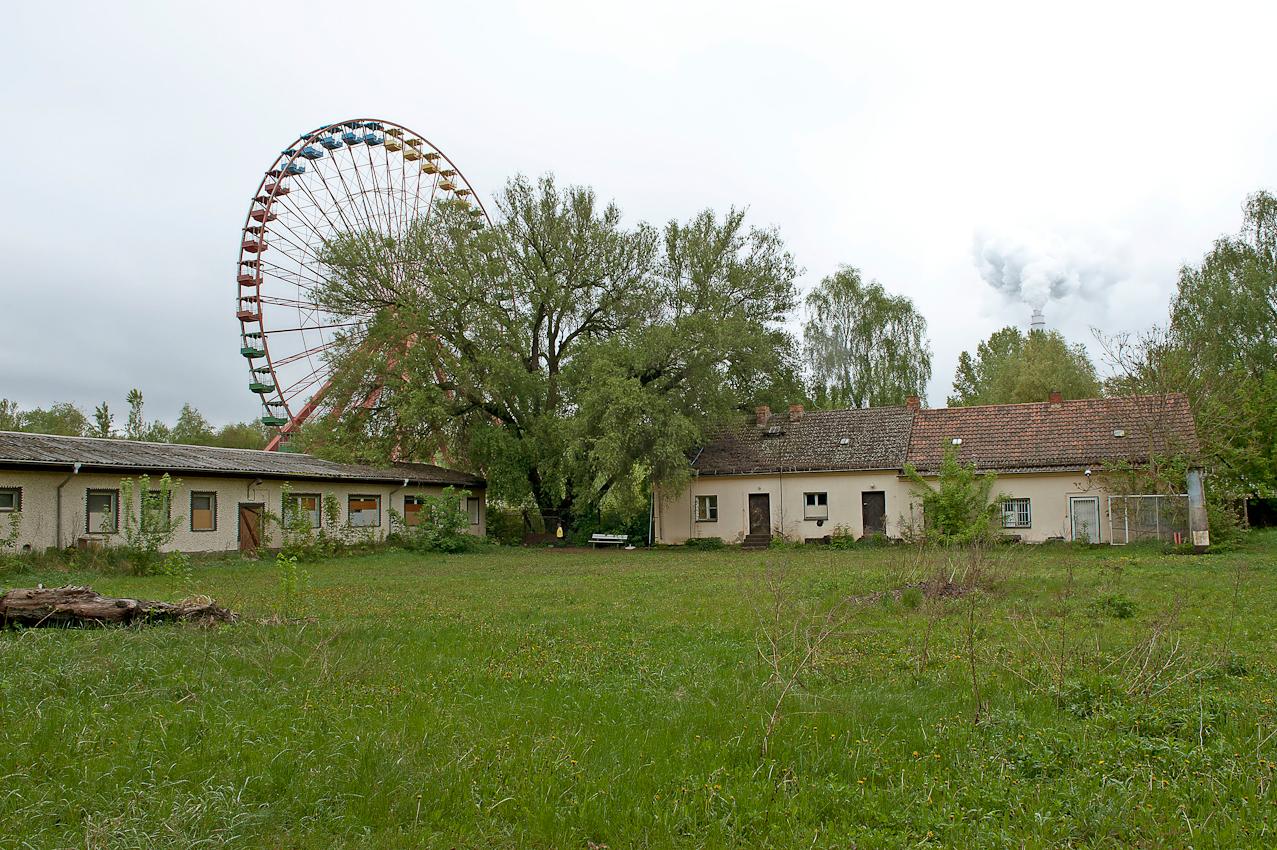 Spreepark Planterwald. Der Vergnugungspark - im Norden des Planterwaldes gelegen- wurde 1969 als VEB Kulturpark Planterwald eröffnet.Er war der einzige ständige Vergnügungspark der DDR. Zu DDR-Zeiten kamen bis zu 1,7 Millionen Besucher jährlich. 1992-2001 als Spreepark geführt. Seit dem Jahr 2002 wurde der Park nicht mehr fur Besucher geöffnet. Beschreibung Motiv: Im Planterwald