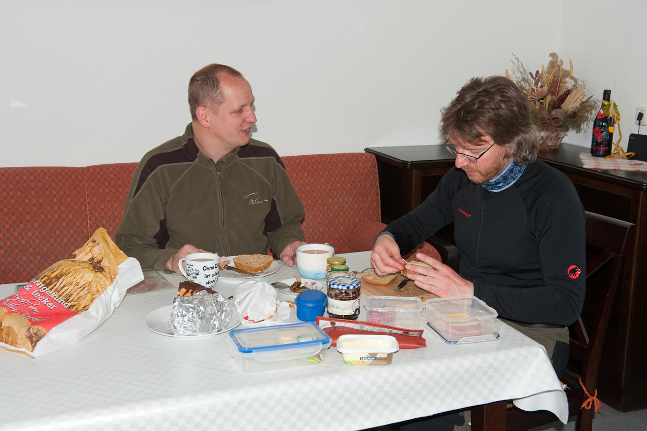 Wo kommt das Wetter her? - Ein Tag mit dem Wetterdiensttechniker Rene Sosna auf dem Brocken.  Um 9 Uhr nehmen Rene Sosna und Henning Kramer im Aufenthaltsraum der Wetterwarte Platz um nach den ersten Stunden Arbeit zu frühstücken.
