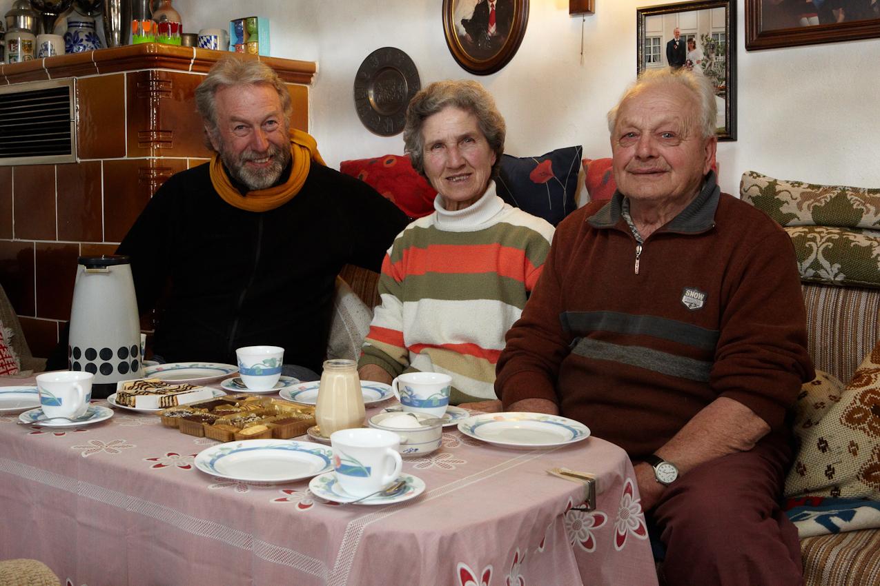 Siegfried Brecheisen (r.), Sophie Brecheisen (m.) und Fotograf Andreas Riedmiller (l.) sitzen bei Gebäck und einer Tasse Kaffee in der Bauernstube. Seit ich mit meiner Familie in Oberzollhaus lebe, sind wir gegenseitig gute Nachbarn geworden.