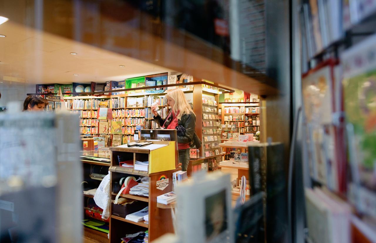 Werne a.d. Lippe, DEU, 07.05.10 - Juliane Sturm steht am Freitag, 7. Mai 2010, in Werne an der Lippe in einer Buchhandlung an der Kasse. Bücher sind als Geschenk zum Muttertag (9. Mai) nach Auskunft des Händlers sehr beliebt.