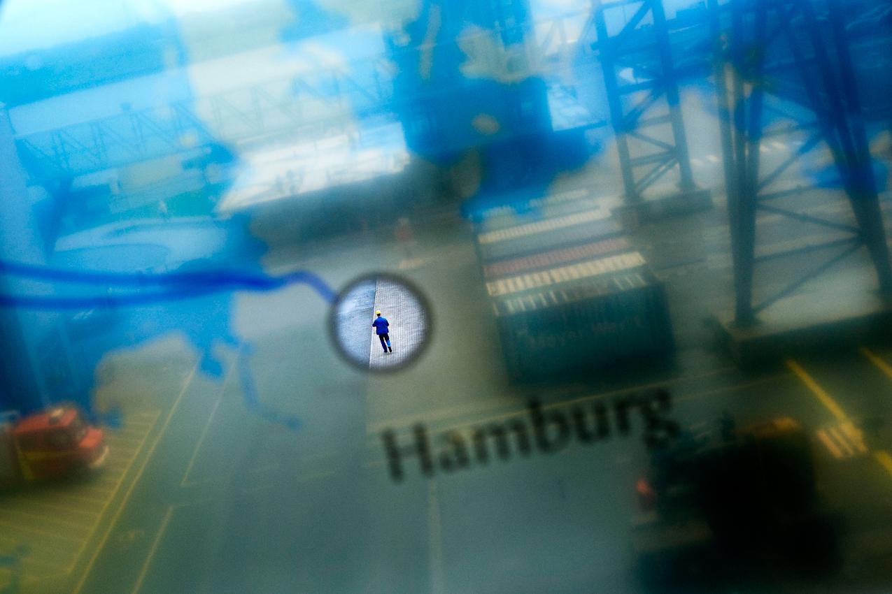Ein Werftarbeiter der Meyer Werft nach Schichtende auf dem Weg zum Tor 1.