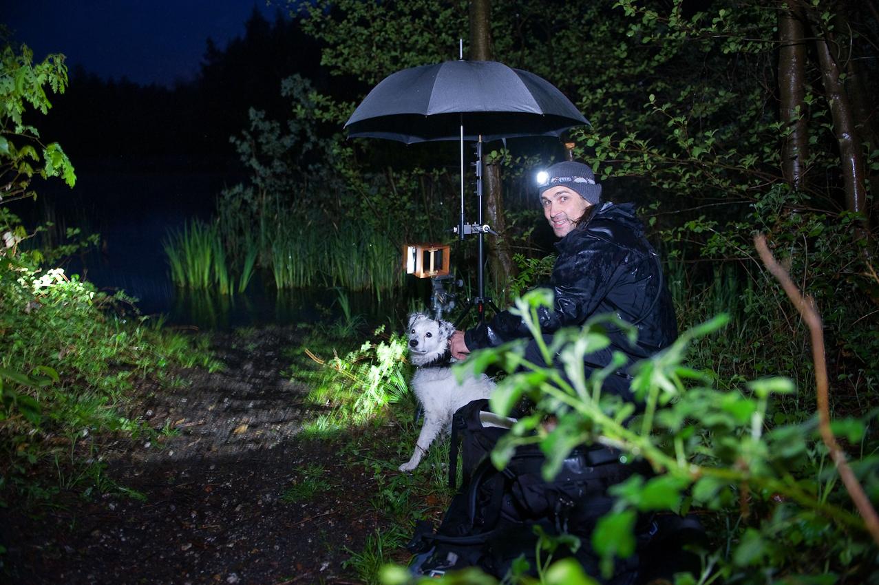 """<p>Das Bildmotiv zeigt einen Holzsteg am Pingsdorfer See am 07. Mai 2010. Auf dem Bildmotiv des """"making of"""" sind Christian Altengaren und sein Hund """"Mały"""" abgebildet.</p>"""