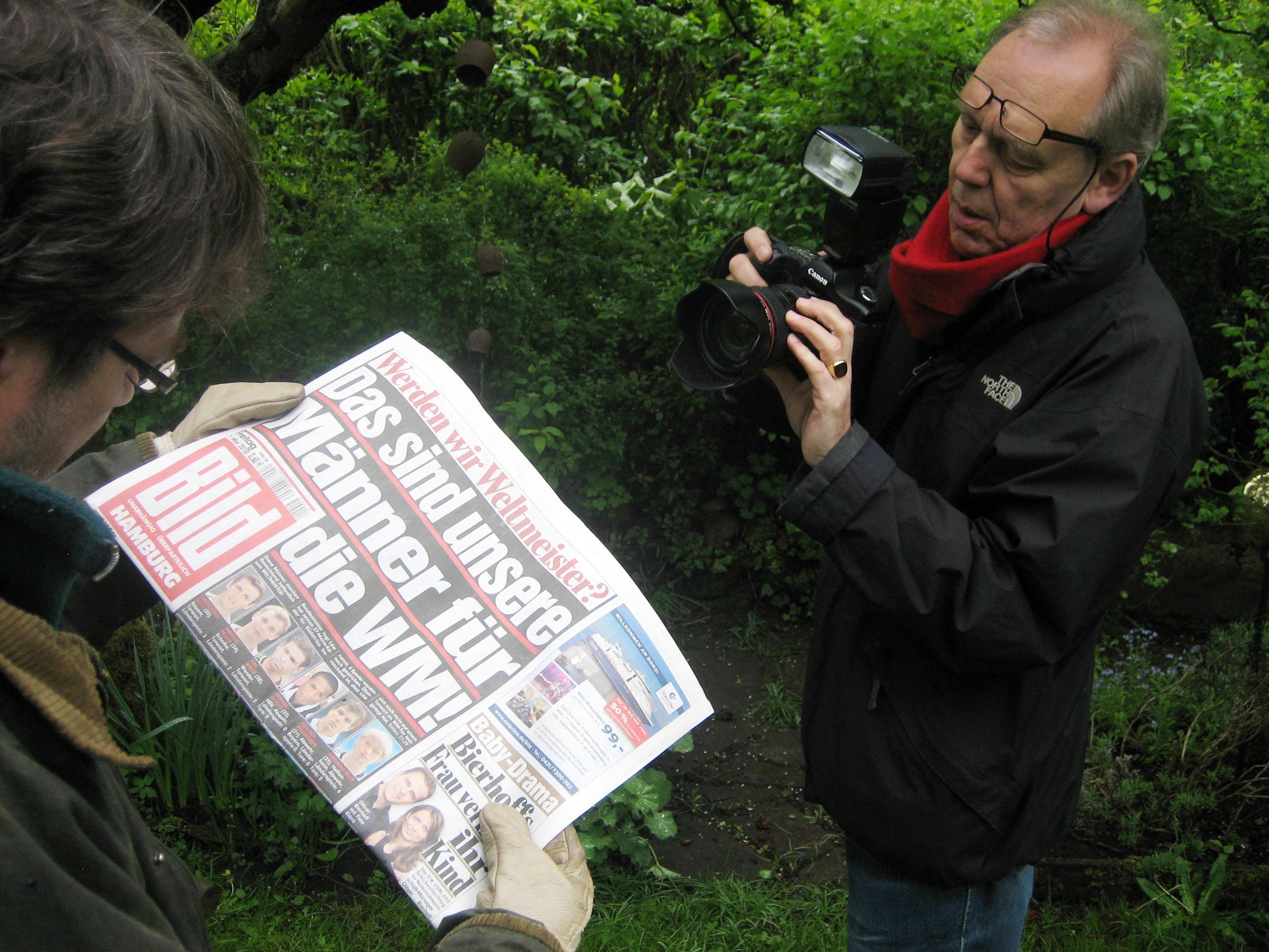 Ein Tag Deutschland, Making Off, Stephan Gabriel beim Fotografieren im Garten von Manfred K., Kleingartenverein Tarpenhöh in Hamburg-Niendorf, 7. Mai 2010