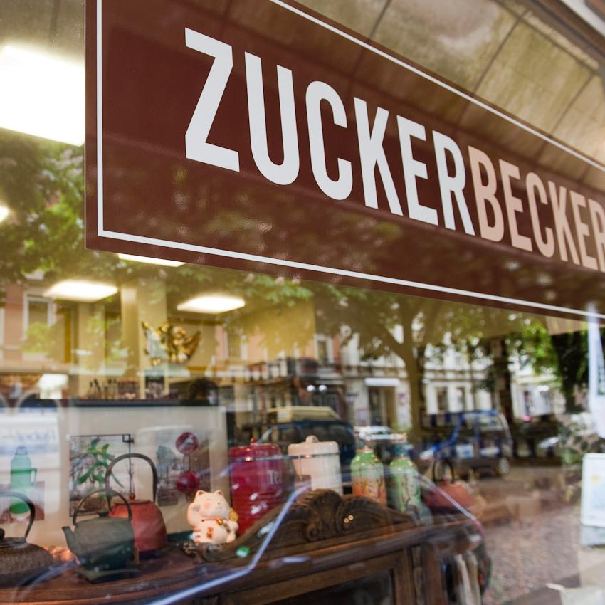"""Schaufenster und Spiegelung vom """"Zuckerbecker""""  am Werderplatz in Karlsruhe am 7. Mai 2010"""
