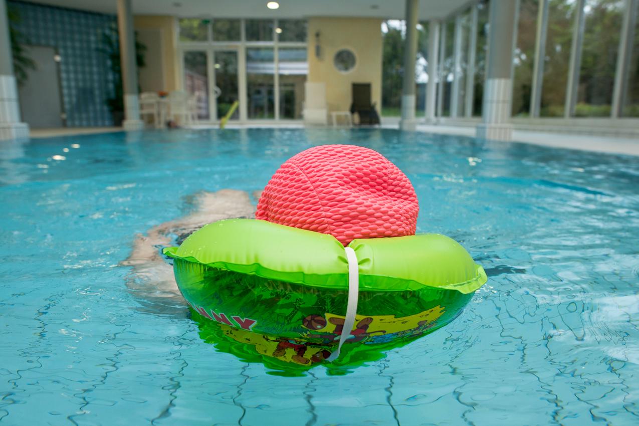 Henriette Gans, 85, zieht jeden Morgen um 6 Uhr ihre Bahnen im Schwimmbad des Seniorenstiftes. Das Bild ist entstanden im Kurstift des Kuratoriums Wohnen im Alter in Bad Duerrheim am 7.5.2010.