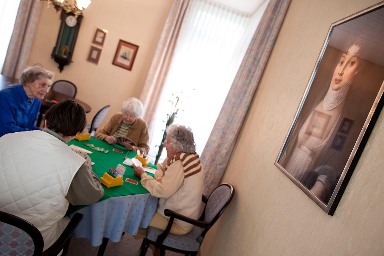 Brigitte Meinhardt, Ursula Mantei, Christa Huff und Thora Walter (v.li.), alle Bewohnerinnen des Seniorenheims, treffen sich einmal in der Woche zum Bridge- Nachmittag. Das Bild ist entstanden im Parkstift St. Ulrich des Kuratoriums Wohnen im Alter in Bad Duerrheim am 7.5.2010.