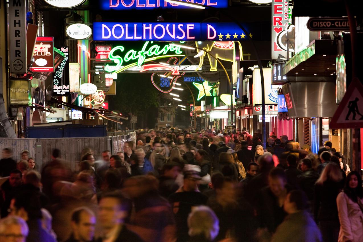 Germany, Deutschland, Hamburg, Hamburger Hafen, Sankt Pauli, Hafengeburtstag 2010, Kiez, Beatles Platz, Menschenmenge in der grossen Freiheit, 23,44 Uhr