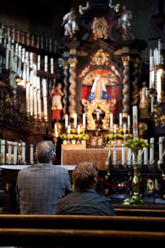 Gläubige beim Gebet in der Kerzenkapelle. Die Kerzenkapelle ist Kevelaers äelteste Wallfahrtskirche.