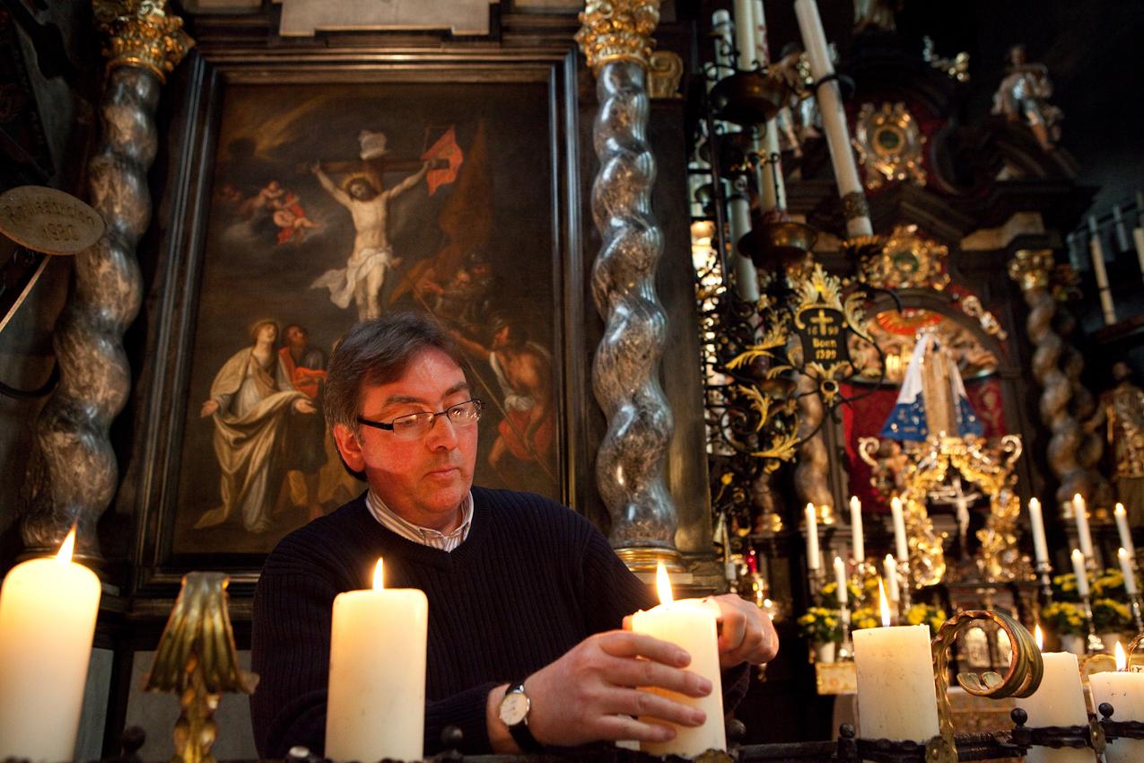 Bruder Rainald ist hier zu sehen, wie er die Kerzen in der Kerzenkapelle anzündet.