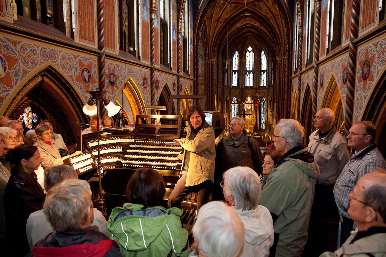 Eine Pilgergruppe in der Basilika, die sich vom Organisten der Basilika (Elmar Lehnen) die Funktionsweise des Instrument erklären lässt. Die große Seifert Orgel wurde 1907 erbaut.