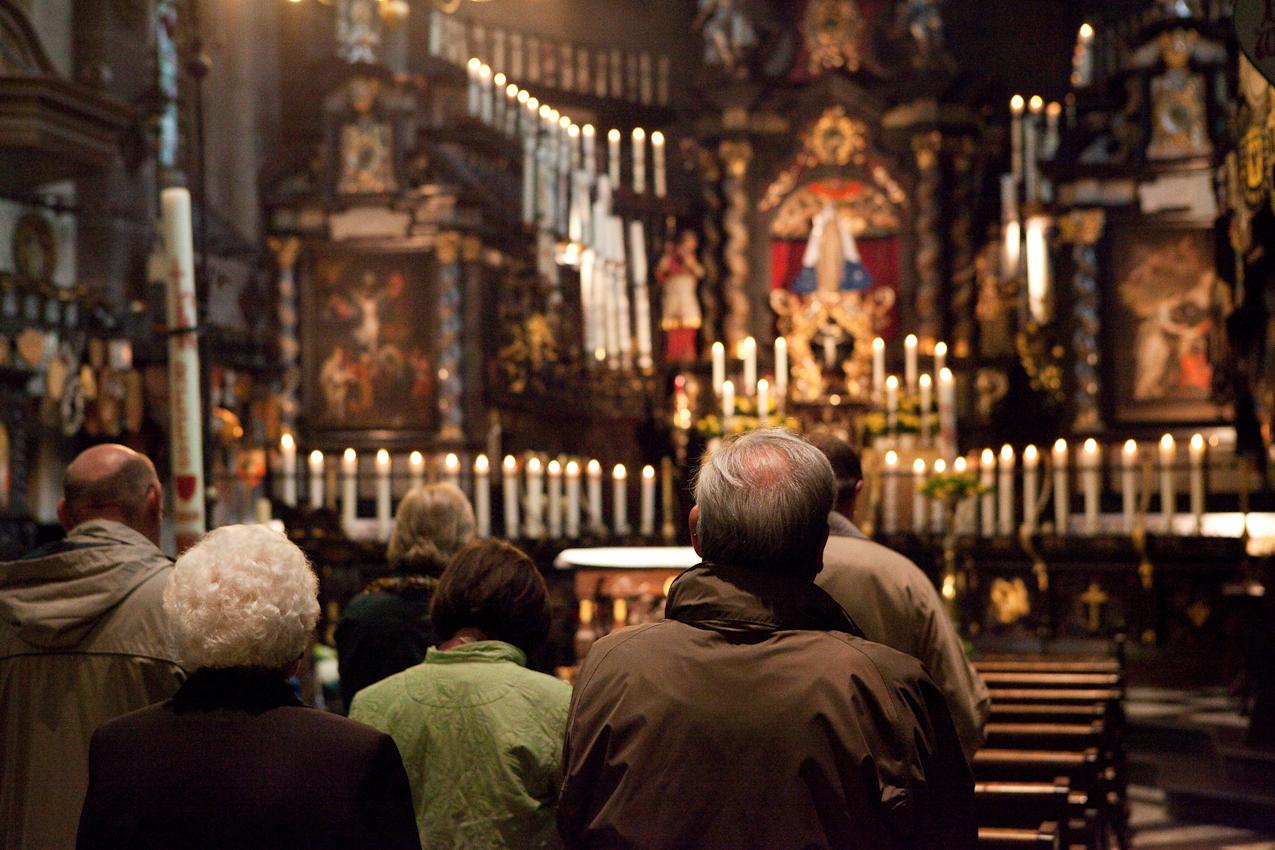Wallfahrer beim Gebet in der Kerzenkapelle während der Marienvesper. Marienvesper ist eine Bezeichnung für die liturgische Feier des abendlichen Stundengebets der (Vesper) an Marienfesten.