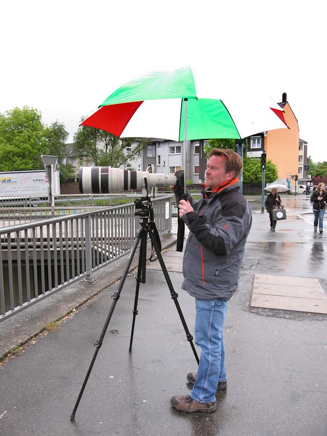 Ein Tag Deutschland. Fotograf Jochen Tack auf einer Brücke über die Autobahn A40, bei Essen, fotografiert einen Stau. Foto: Julia Fischer