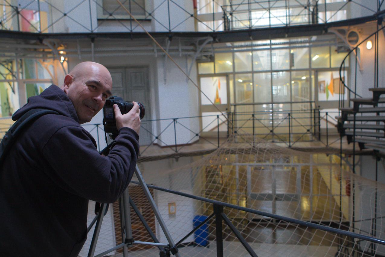 DEU, Deutschland, Münster: Ein Tag Deutschland - Making Of - Rüdiger Wölk mit Kamera in der Justizvollzugsanstalt Münster