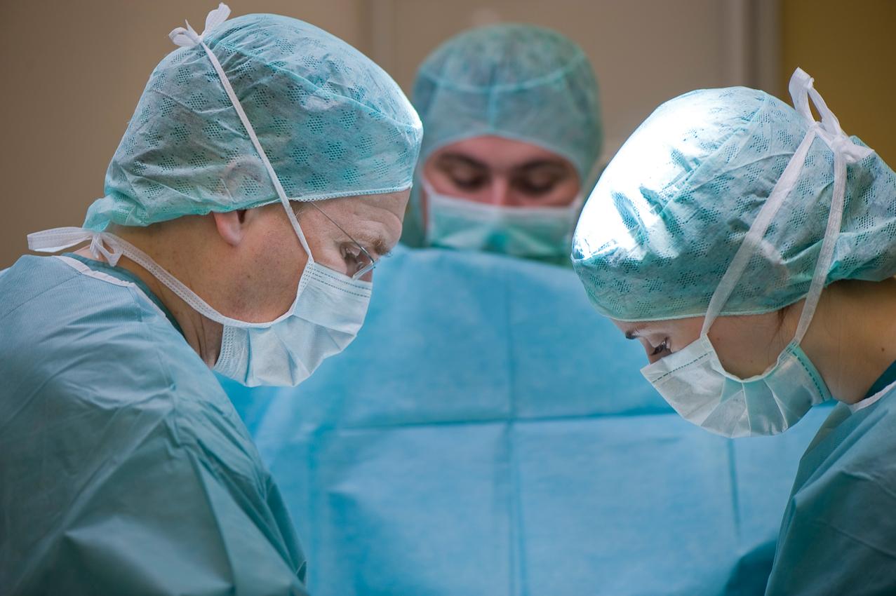 OP-Team unter der Leitung von Dr. med. Olaf Katzler (l.) und Assistenzärztin Frau Schilling (r.) während der Brustkrebs-Operation einer Patientin.